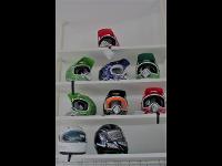 Viele verschiedene Helme