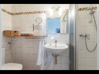 Badezimmer eines Doppelzimmers des Kleinhofers Himbeernest in Anger in der Steiermark