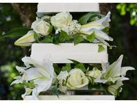 Hochzeitstorte mit frischen Blumenschmuck