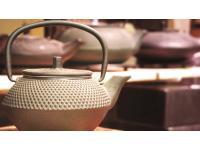 Traditionelles Teezuberhör im House of Tea & Coffee (Gusseiserne Teekanne)