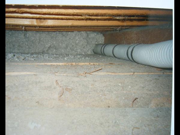Zellulose Einblasdämmung in die Dachschräge eingebracht