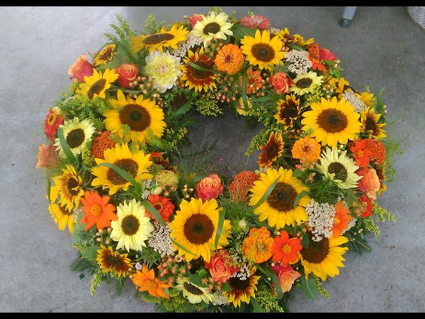 Vorschau - sommerlicher Blütenkranz mit Sonnenblumen, Zinnien und Gräsern