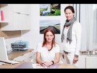 Dr. Lileg mit Assistentin Ruth Sergi