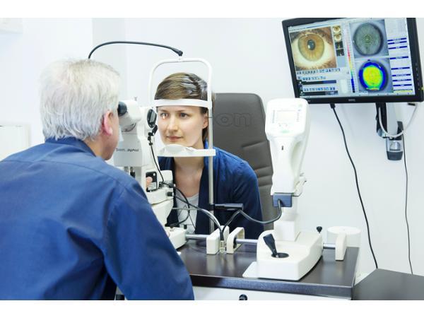 Kontaktlinsenanpassung mit modernster Technik