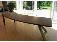 Tisch aus massiven Nußholz