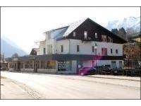 Das Firmengebäude direkt neben der Landesstraße