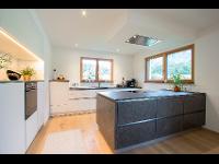 Moderne Küche in grau und weiß in Bad Goisern