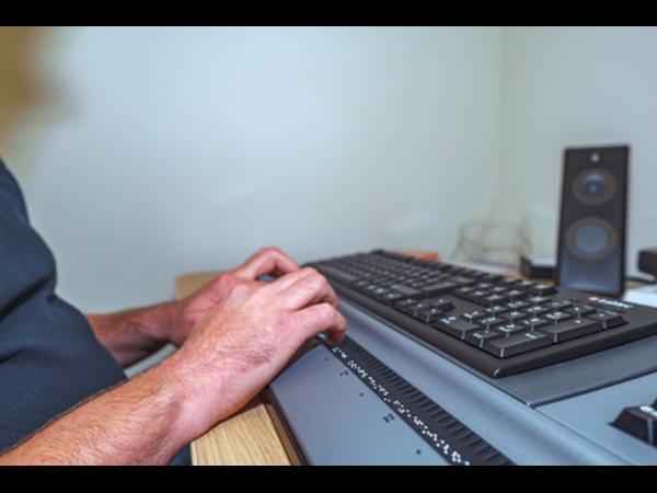 Blindengerechter Arbeitsplatz ausgestattet von VIDEBIS