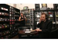 Gründer Monika Röth und Günter Rubik in der Hörspiel-Abteilung