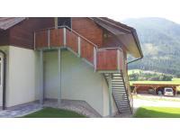 Stahlbaustiege mit einer Fassadenplattenfüllung - Holzoptik
