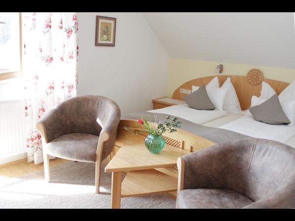 Doppelbett mit Polstermöbel
