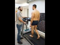 OS Daniel Scheidl bei Fußdruckmessung und Ganganalys am Laufband