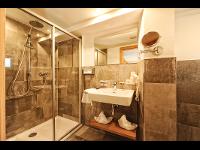 Modernes Badezimmer: Hotel Garni Dr. Köhle   SERFAUS, TIROL, ÖSTERREICH