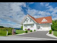 Hauszufahrt: Kombination von Asphalt und Granit