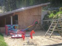 großzügiger Spielplatz am Goglhof mit kleinem Streichelzoo..., Rutschen, überdachtem Trampolien und vielem mehr...