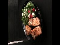 200g Lachs mit einem griechischen Salat, natürlich mit dem richtigen Öl verfeinert.