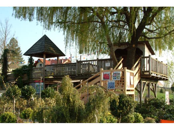 Baumhaus mitten im Erlebnisgarten bietet einen herrlichen Ausblick