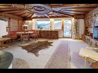 Wohnzimmer mit offenen Holzofen
