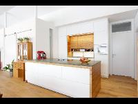 Moderne Küche mit Altholz