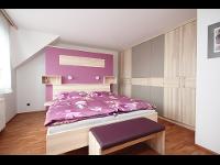 Schlafzimmer in Kernesche gebeizt