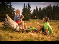 Ein Pärchen macht eine Wanderpause in der Oststeiermark