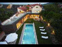 Außenansicht mit Garten & Pool
