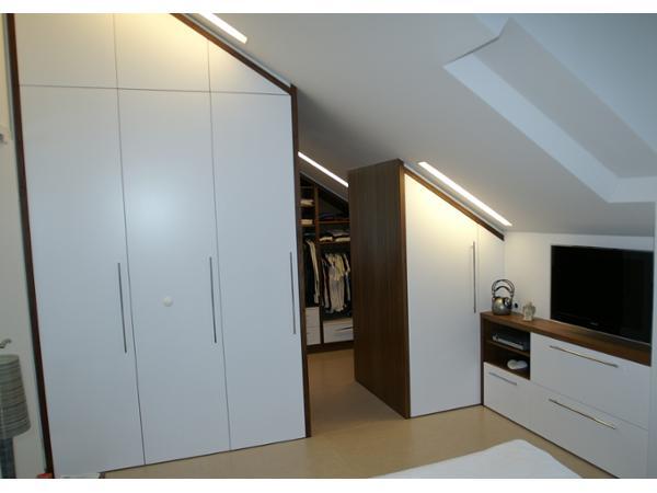 Schlafzimmerverbau in weiß mit nuss