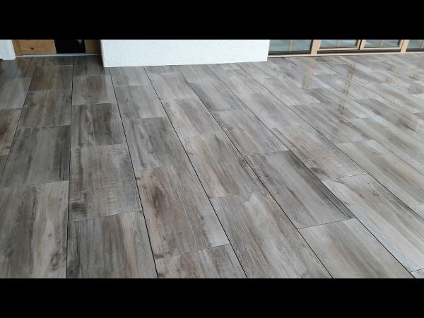 moderne 2 cm Keramikplatten für den Außenbereich - hier in Holzoptik