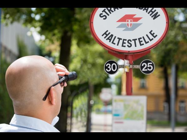 Monokular bei der Busstation