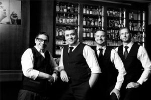Cocktailtour: geführtes Nachtschwärmen durch Wiens beste Bars, Dino's American Bar, Team, Foto (c) Andrea Peller