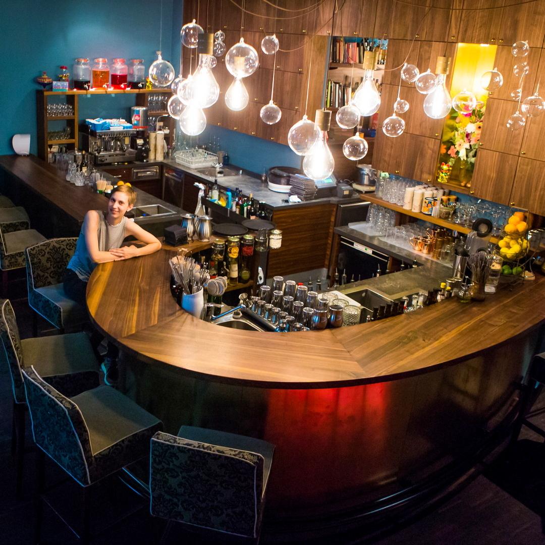 Hammond Bar, ganz neu gestaltet und wunderschön, mit im Bild, die Inhaberin Sigrid Schot, Bild (c) Hammond Bar