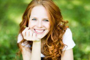 Rothaarige Frau nach ästhetischer Zahnheilkunde