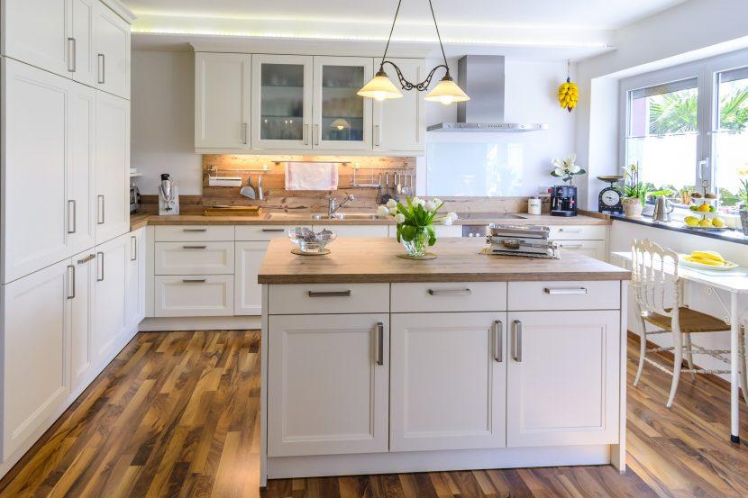 Schöne Kücheninsel in heller Küche, Kochinsel