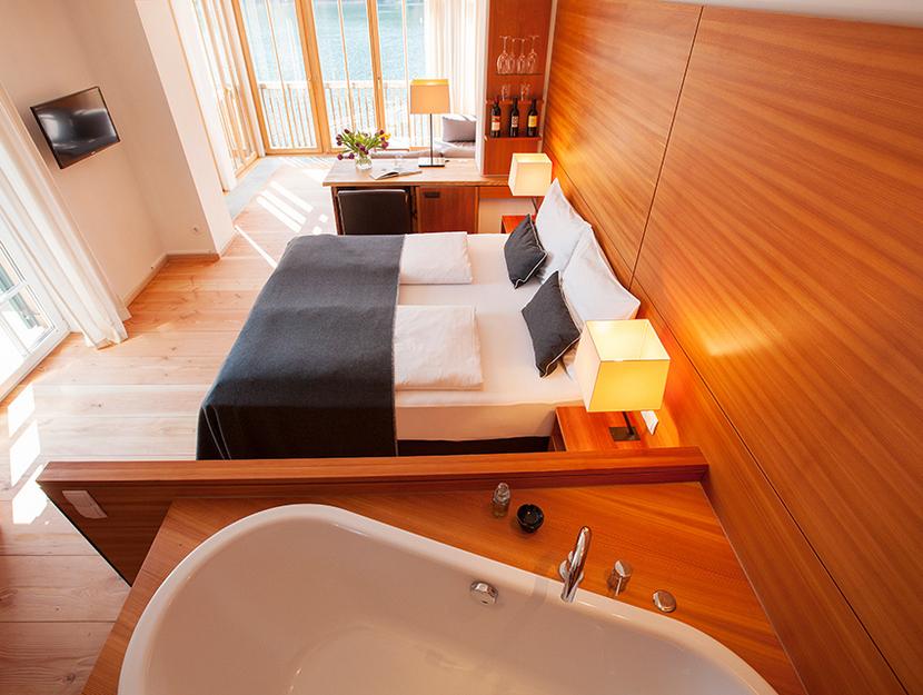 Ein Kuschelhotel Österreich mit viel Holz, viel Licht und schönem Blick auf den See (c) Seehotel Grundlsee