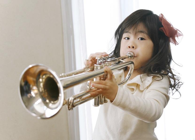 Kind Instrumente lernen Trompete