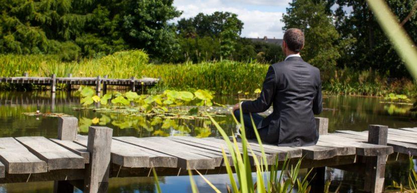 Mitarbeiter eines Wirtschaftsunternehmens bei der Meditation in der Mittagspause.