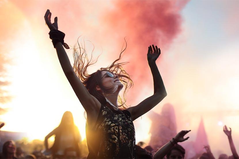 Festival-Packliste: Eine Frau auf einem Konzert