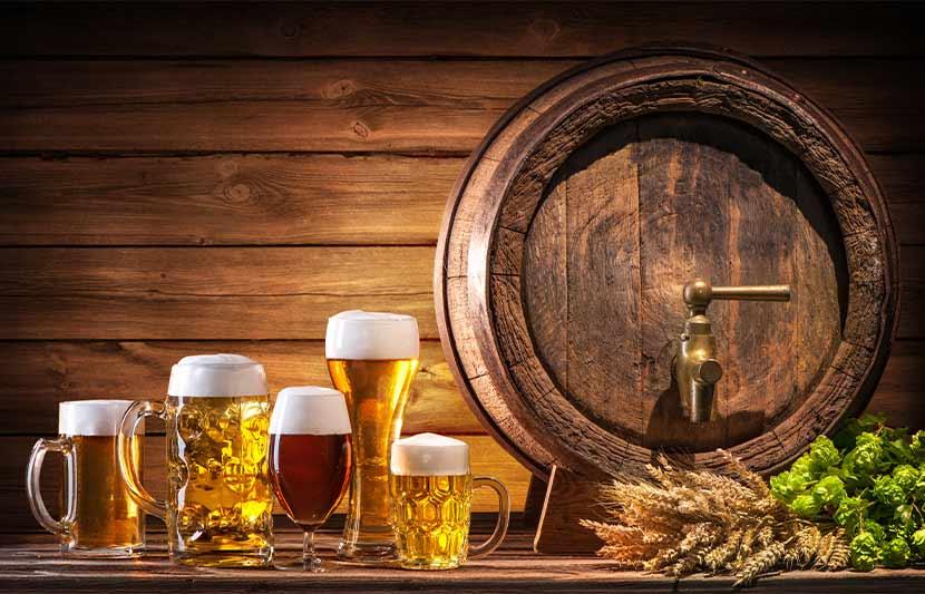 Ein Bierfass neben dem mehrere Biergläser stehen. Brauereiführung