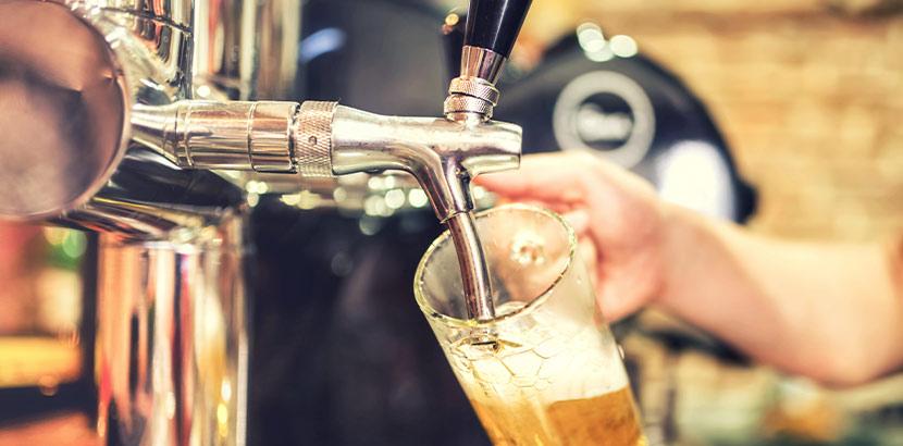 Ein Mann der Bier zapft