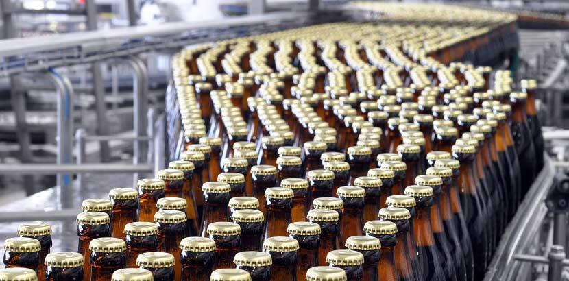 Eine Abfüllanlage die im Rahmen einer Brauereiführung besichtigt wird.