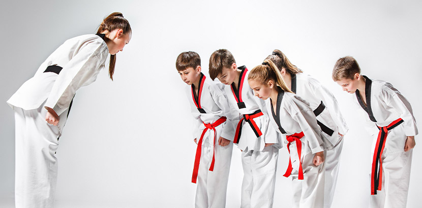 Gruppe von Kindern beim Kinder Kung Fu mit der Lehrerin. Martial Arts Wien.