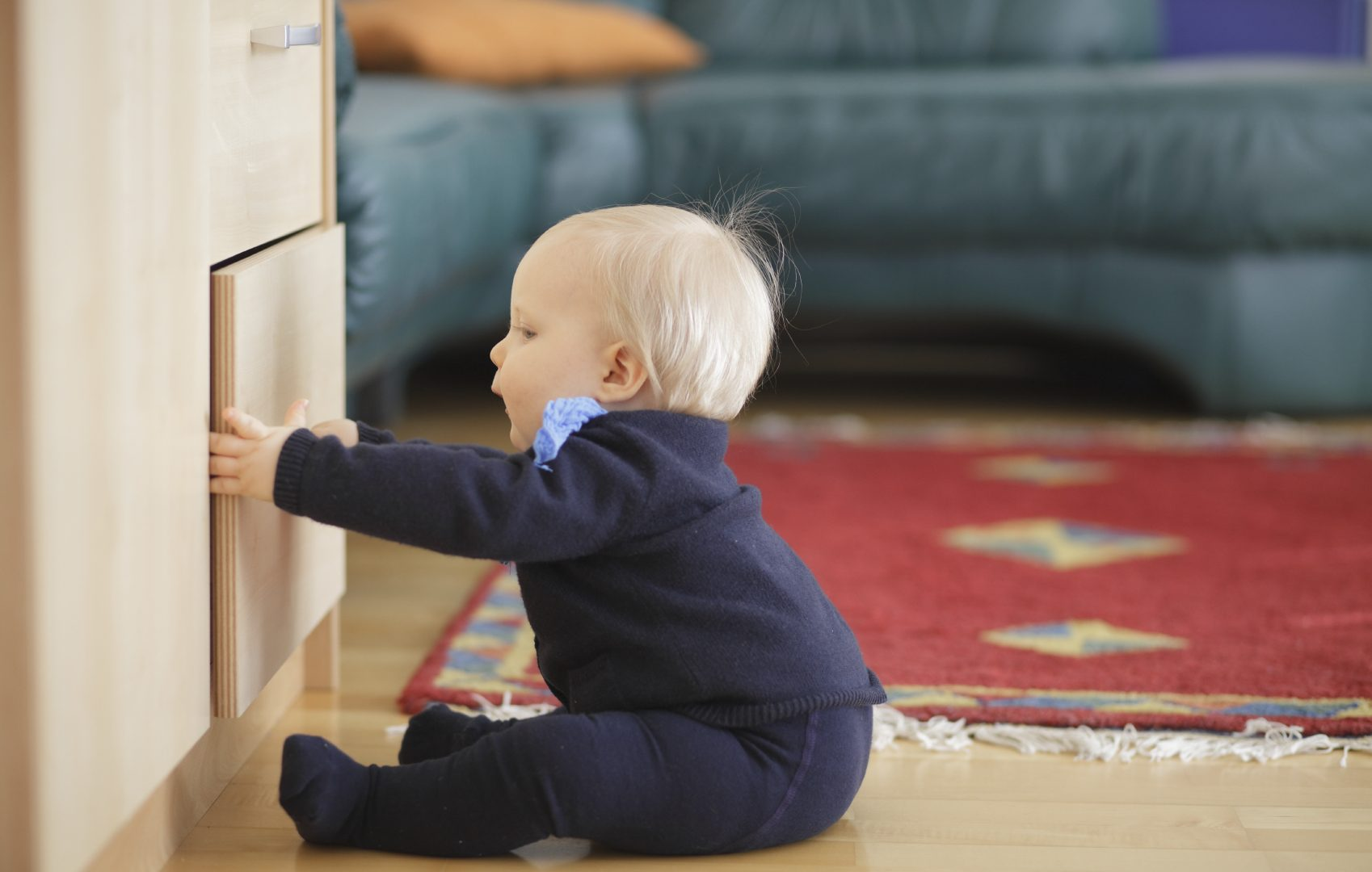 baby kindersicher wohung neugierig tipps. Black Bedroom Furniture Sets. Home Design Ideas