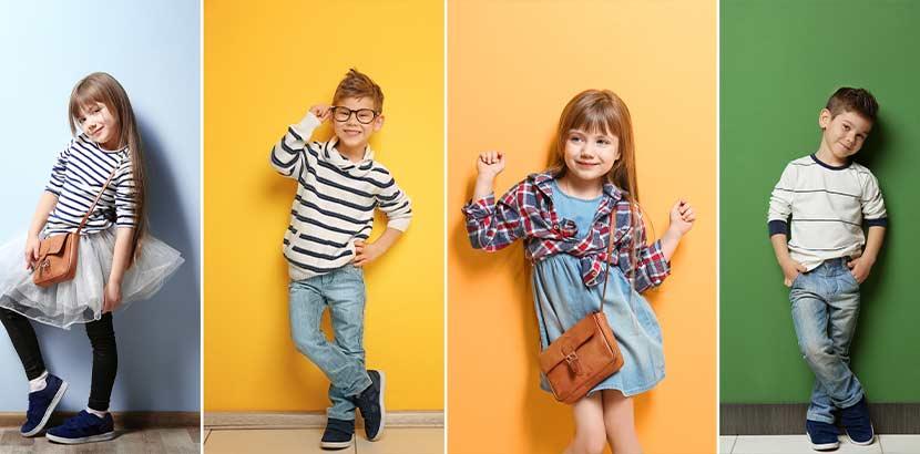 Vier stylische Kinder vor verschieden farbigen Hintergründen.