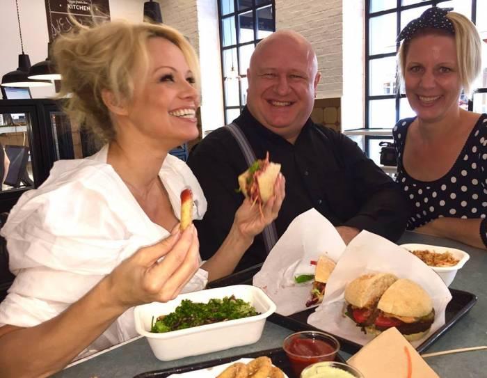 Ja, sie is(s) es: Pamela Anderson mit den Inhabern der Swing Kitchen, Foto (c) Swing Kitchen auf fb