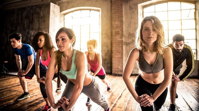 Cellulite loswerden: Fitness-Workout mit Kraft-Übungen im Studio.