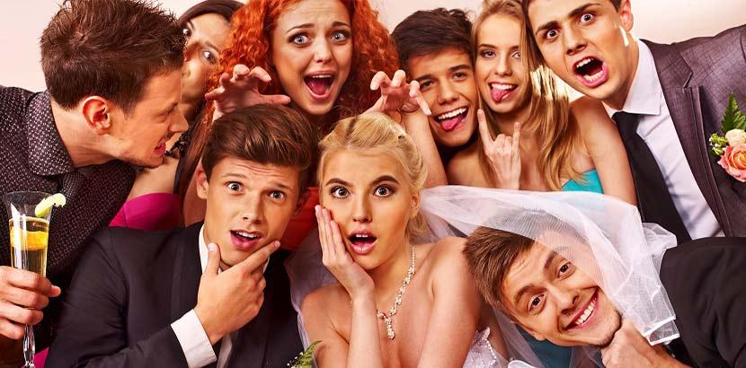 Hochzeitsgäste auf einer Hochzeit mit lustigen Gesichtsausdrücken.
