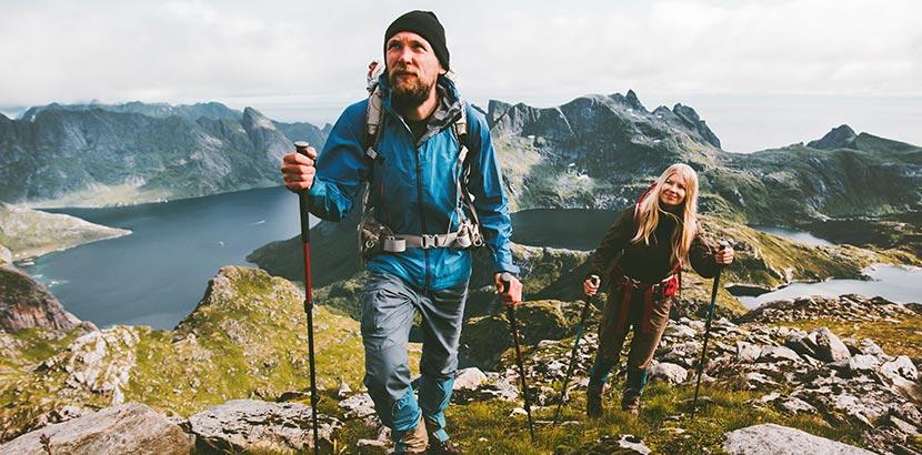Mann und Frau wandern am Berg