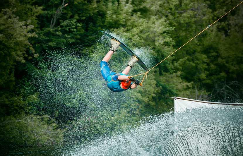 Ein Mann beim Wakeboarden. Action Abenteuer in Österreich