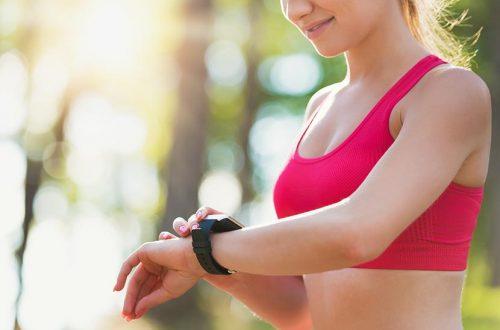 Smartwatch auf dem Handgelenk einer Frau