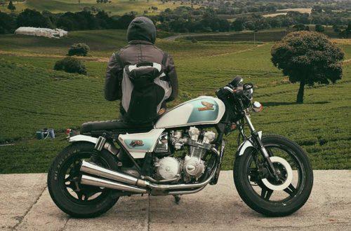A-Führerschein: Ein Mann lehnt sich an sein Motorrad.